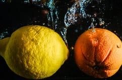 柠檬用在热水锅的桔子 免版税库存照片