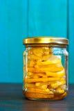 柠檬用在玻璃瓶子的蜂蜜 库存图片
