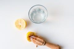 柠檬用柑橘绞刀和水 库存图片