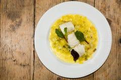 柠檬用韭葱番红花涮制菜肴从上面 免版税库存照片