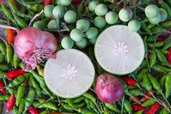 柠檬石灰切片和泰国草本投入了在许多顶部辣椒粉 免版税库存图片