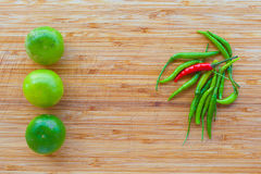 柠檬红色和绿色辣椒 免版税库存图片