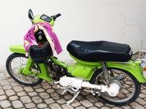 柠檬绿小型摩托车 免版税库存图片