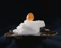 柠檬色,在云母的硬石膏 免版税图库摄影