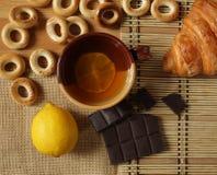 柠檬茶和新月形面包 图库摄影