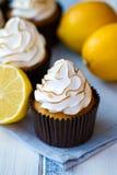 柠檬蛋白甜饼杯形蛋糕 免版税图库摄影