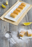 柠檬蛋糕七个部分  库存照片