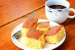 柠檬蛋糕和咖啡在木桌上的 免版税库存照片