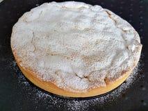 柠檬蛋糕用酥皮点心和糖粉 免版税库存图片