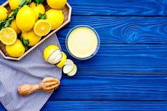 柠檬酱 点心的甜奶油在盘子的柠檬附近在蓝色木背景顶视图拷贝空间 免版税库存图片