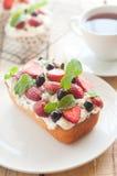 柠檬重糖重油蛋糕冠上用新鲜水果。 免版税库存照片
