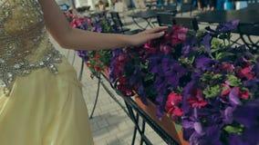 柠檬长的无背带的礼服的逗人喜爱的少妇 股票视频