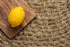 柠檬顶视图在木砧板的 免版税库存照片