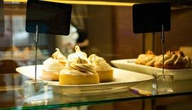 柠檬馅饼在咖啡馆的窗口里 免版税库存照片