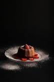 柠檬香草微型磅(Bundt)蛋糕用草莓和结冰 免版税库存图片