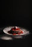 柠檬香草松糕用草莓和糖粉在G 库存照片