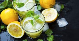柠檬鸡尾酒用薄菏和冰块在黑暗的背景,门司 图库摄影