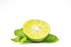 柠檬,切成两半和叶子在白色背景 库存照片