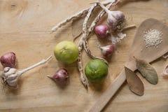 柠檬,大蒜,芝麻,在木庄稼块的豆 免版税库存照片