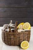柠檬,姜,在wattled篮子的蜂蜜在木背景 库存照片