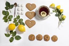 柠檬,曲奇饼的装饰品和上升了在白色背景的叶子 姜饼食谱  库存图片