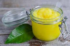 柠檬洗刷用糖、蜂蜜和橄榄油 免版税图库摄影