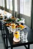 柠檬水和玻璃在一张黑桌上 节日 时髦的厨具 免版税库存照片