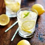 柠檬水射击关闭两块玻璃  库存图片