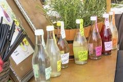 柠檬水瓶和黑吸管在室外摊位 免版税库存照片