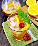 柠檬水用在一杯的容量和投手的樱桃在船上 库存照片