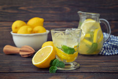 柠檬水用新鲜的柠檬 免版税图库摄影