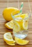 柠檬水用新鲜的柠檬 免版税库存图片