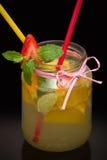 柠檬水用果子和秸杆 库存图片