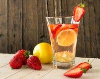 柠檬水用果子 草莓,柠檬 图库摄影