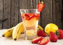 柠檬水用果子 香蕉,草莓,柠檬 库存照片