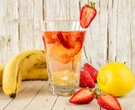 柠檬水用果子 香蕉,草莓,柠檬 图库摄影