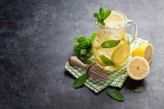 柠檬水用柠檬、薄菏和冰 免版税库存图片
