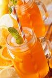 柠檬水用桔子和薄菏在玻璃瓶子宏指令 垂直 图库摄影
