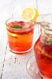 柠檬水用草莓 库存照片