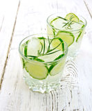 柠檬水用黄瓜和迷迭香在两一杯的容量中在轻的蟒蛇 免版税库存照片
