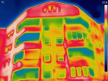 查出在大厦之外的热耗使用上升暖流来了 免版税库存照片