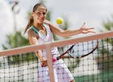 查出演奏网球白人妇女年轻人 库存照片