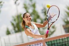 查出演奏网球白人妇女年轻人 免版税库存图片