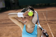 查出演奏网球白人妇女年轻人 免版税库存照片