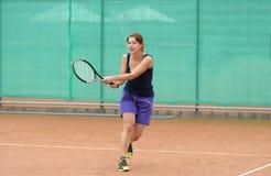 查出演奏网球白人妇女年轻人 图库摄影