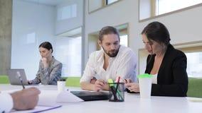 查出的人寿保险业工作 商人工作和谈话在办公室 股票视频