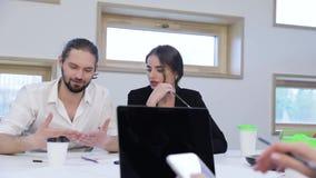 查出的人寿保险业工作 商人工作和谈话在办公室 影视素材