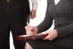 查出的人纸张笔妇女写道 免版税库存照片