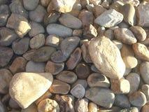 查出的例证反对堆岩石 免版税库存照片