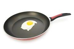 查出的平底锅和煎蛋 免版税库存图片